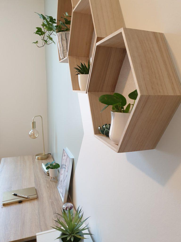 Coin bureau d'une chambre de jeune filles avec étagères en bois