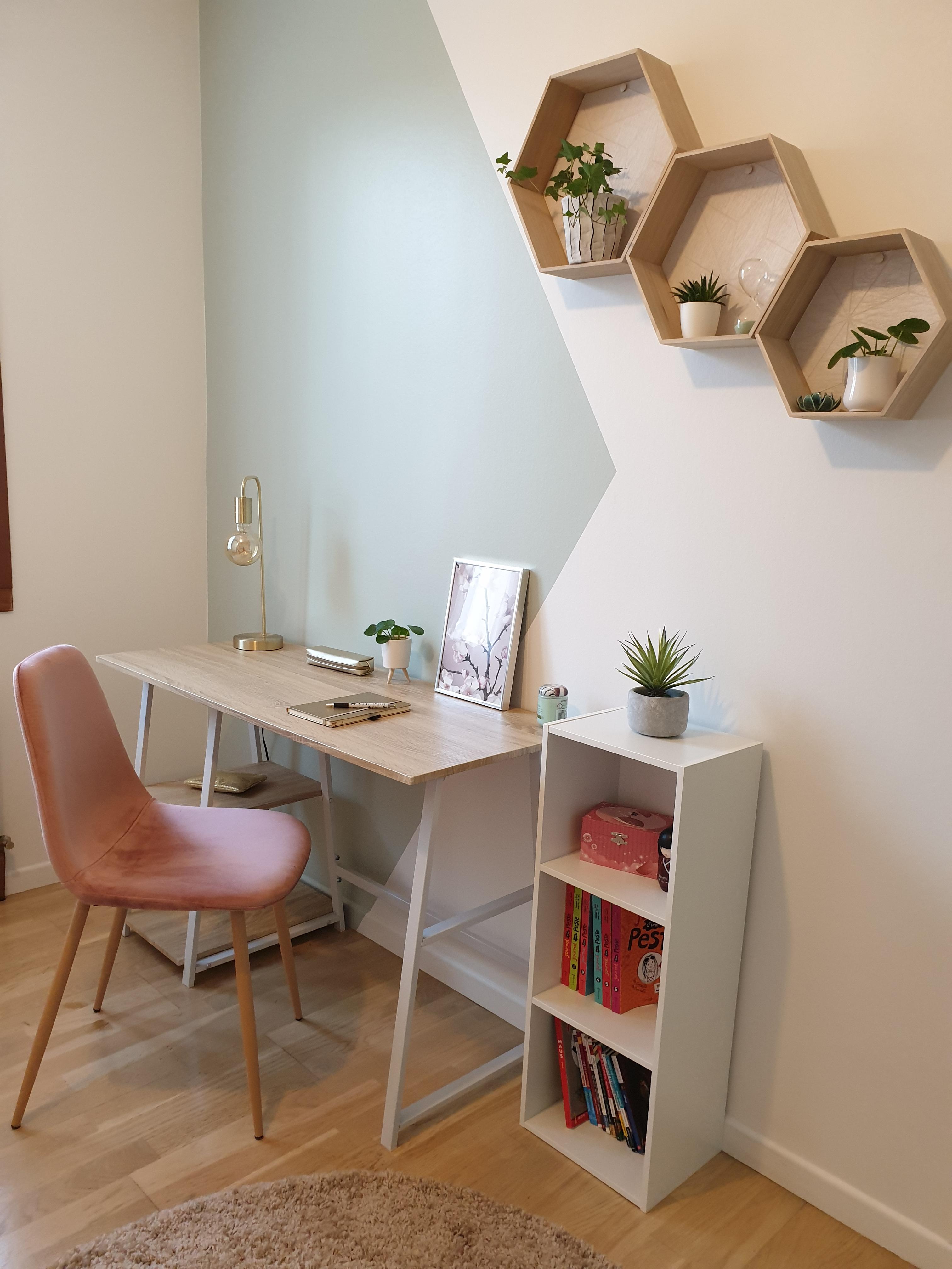 Coin bureau avec zoning dans une chambre de jeune fille avec étagères en bois