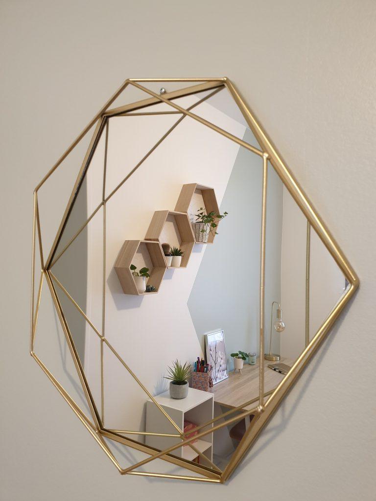 chambre de jeune fille avec miroir doré, vue sur le bureau