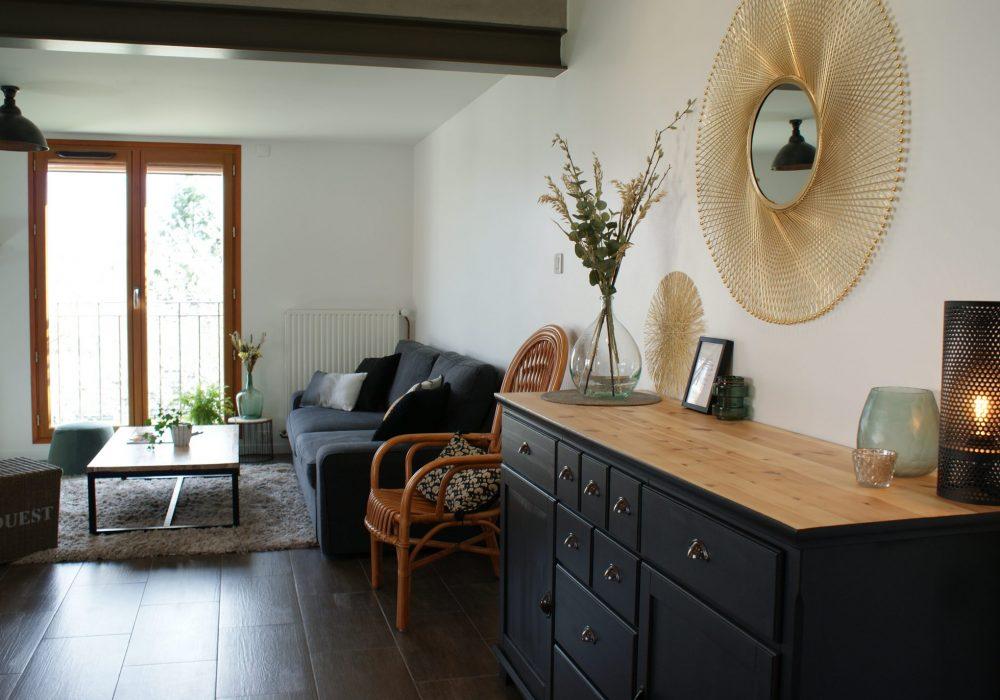 Vue depuis la salle à manger d'une maison en Essonne, salon et salle à manger rénovés entièrement.