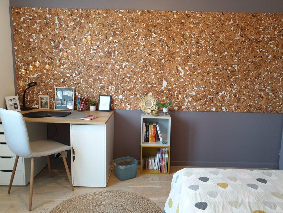 Chambre rénovée en Essonne pour une adolescente, vue sur le bureau et le mur de liège.