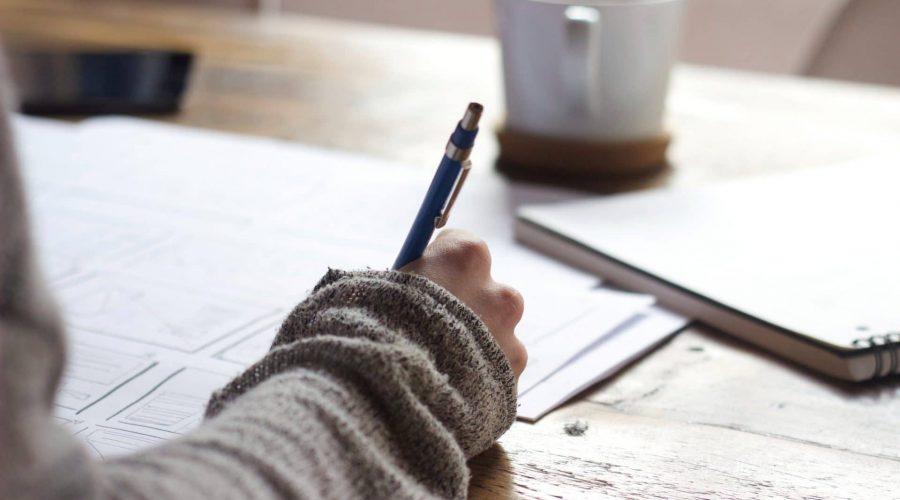 bureau avec une pesronne qui écrit un compte rendu après la visite