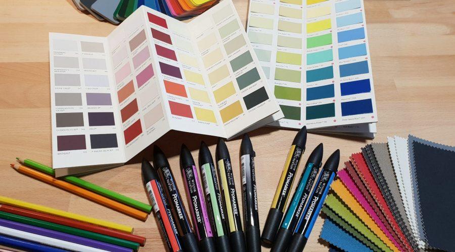 nuanciers de couleurs avec crayons, plaquettes et feuilles