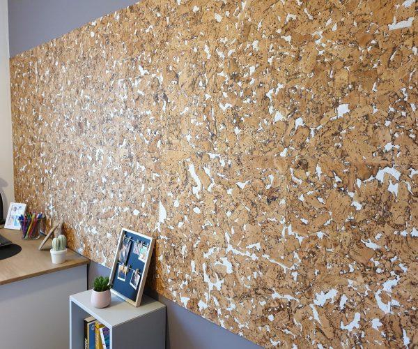 Chambre d'adolescente avec un mur aux dalles de liège décoratives