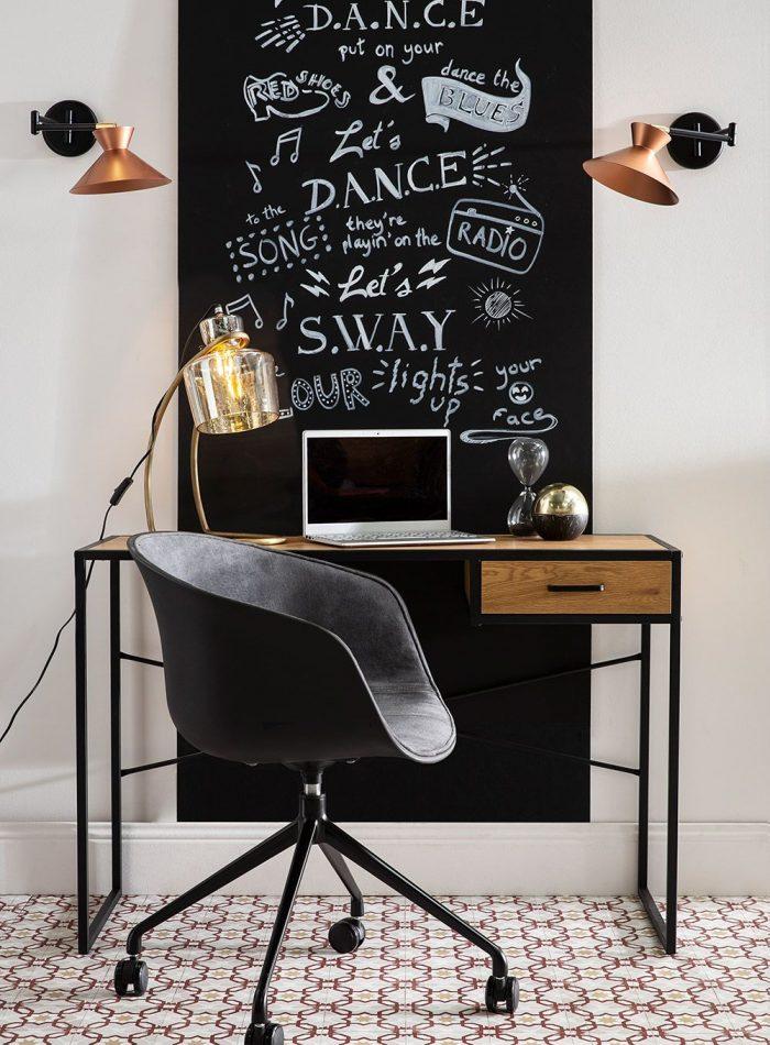un vrai coin bureau avec un color zoning et du mobilier adapté