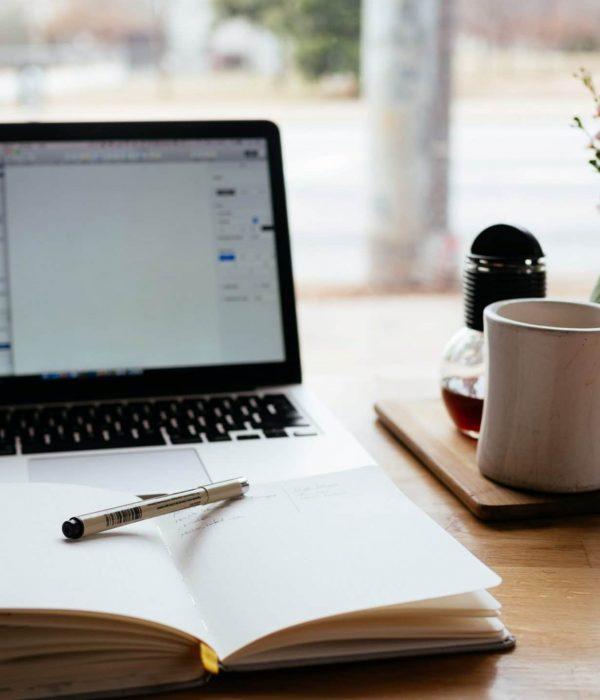 bureau avec cahier et ordinateur pourdes recommandations complètes après une visite sur place