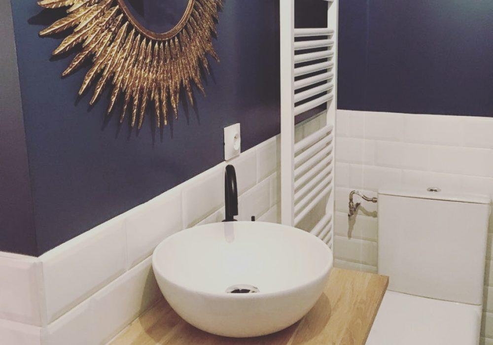 salle d'eau d'une maison à breuillet à l'esprit rétro chic