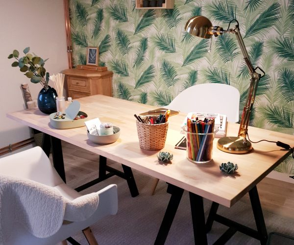 Vue du bureau au style jungle et scandinave